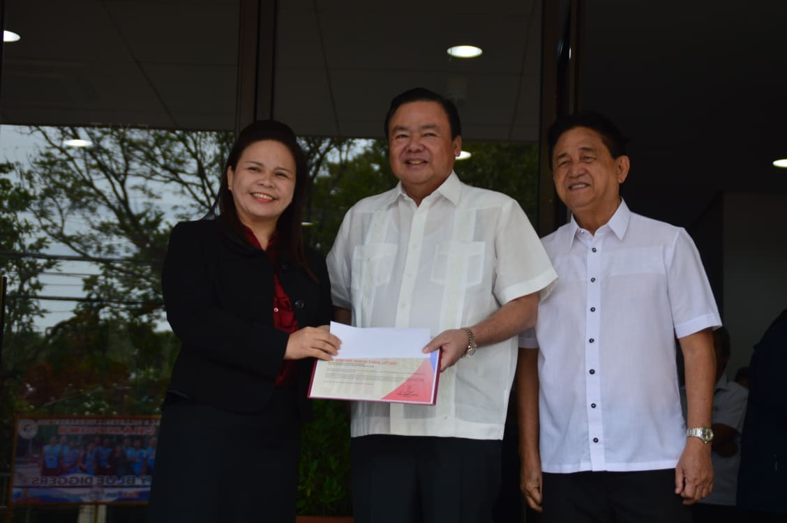 Dorothy Tarol gets P50,000 incentive from Mayor Jerry Trenas.