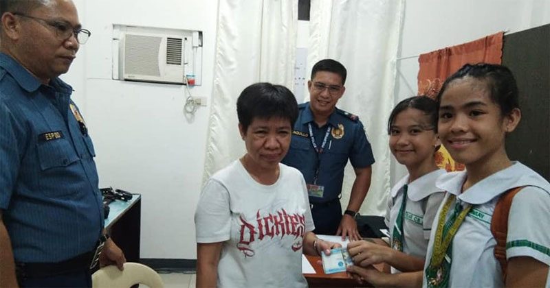 ICNHS students return P30,000 cash to rightful owner at the Molo Police Station.