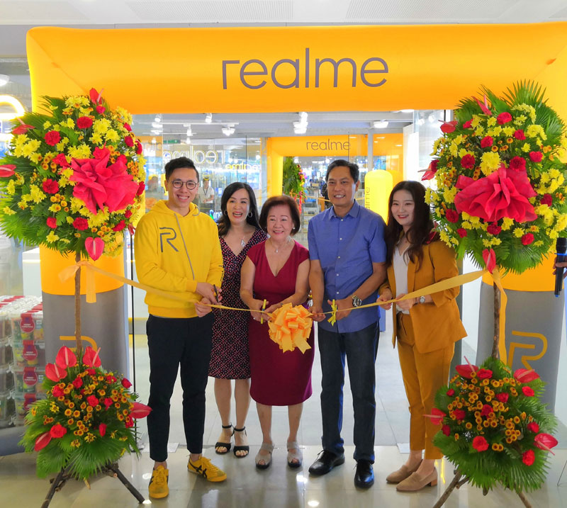 Ribbon-cutting ceremony during realme opening in Iloilo City.