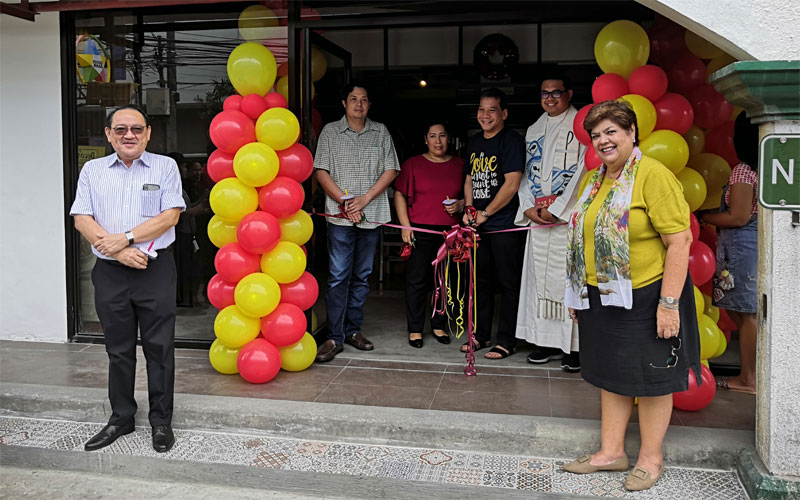 Ribbon cutting of Deco's Valeria branch.