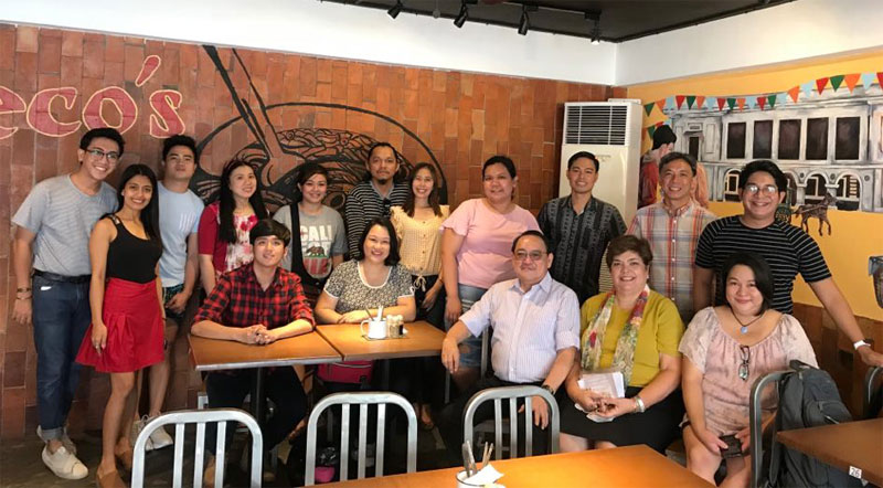 Iloilo Bloggers Society with owners of Deco's Lapaz Batchoy.