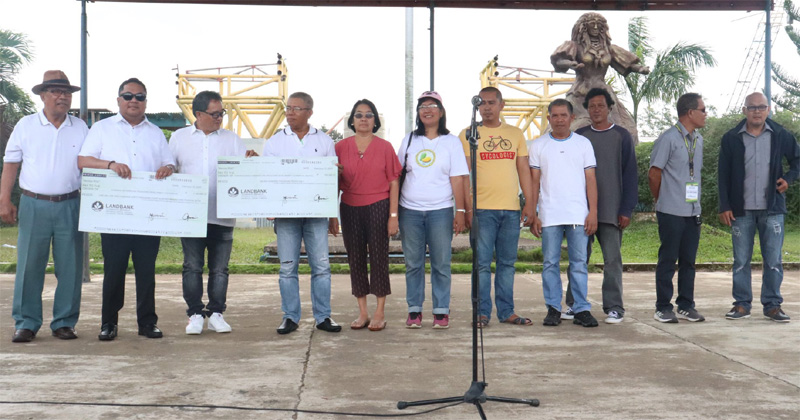 Province of Guimaras led by Gov. Samuel Gumarin handed out P1.8 million financial aid to mango growers.
