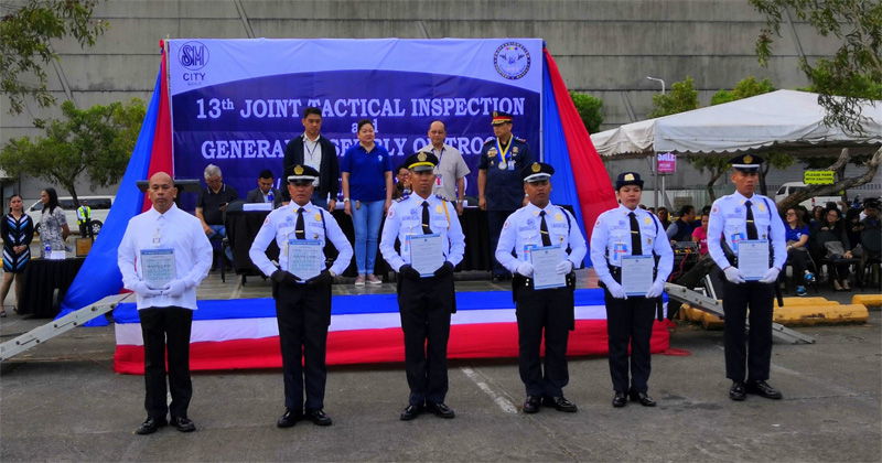 SM City Iloilo guards and personnel receive awards for their honesty, alertness, and trustworthiness while on duty.