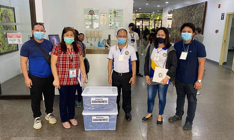 Dr. Raul Muyong and ISAT-U team deliver face masks to Iloilo City Government.