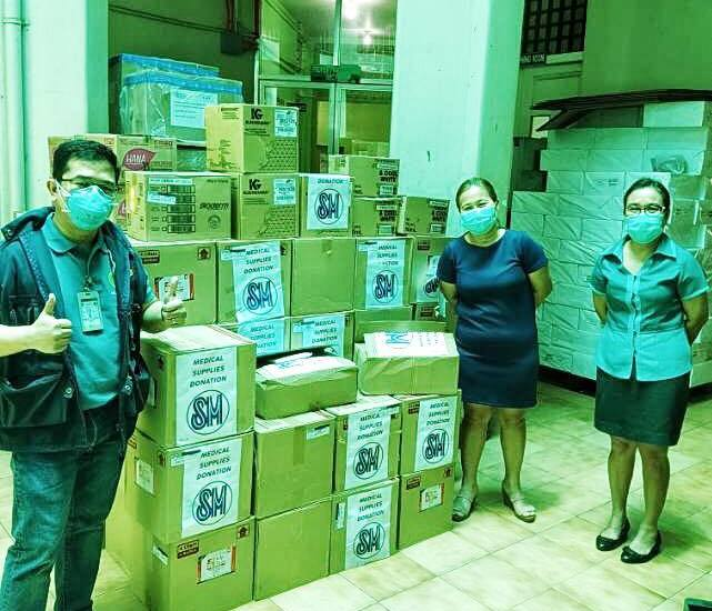 CEBU - Medical personnel from Vicente Sotto Memorial Medical Center in Cebu City receive the PPEs and medical supplies from SM Foundation, Inc.