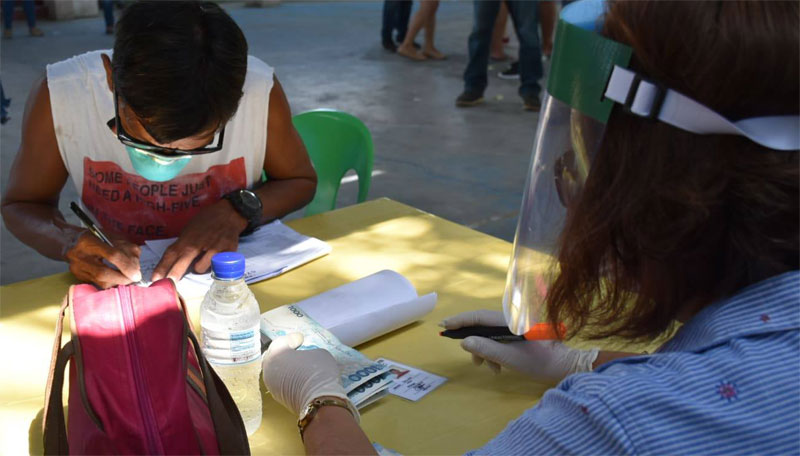 SAP beneficiaries were made to sign a payroll after receiving the P6,000 grant.