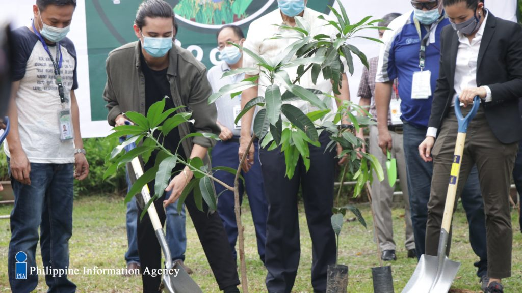 James Reid and officials of DA during the Plant, Plant, Plant program launch.