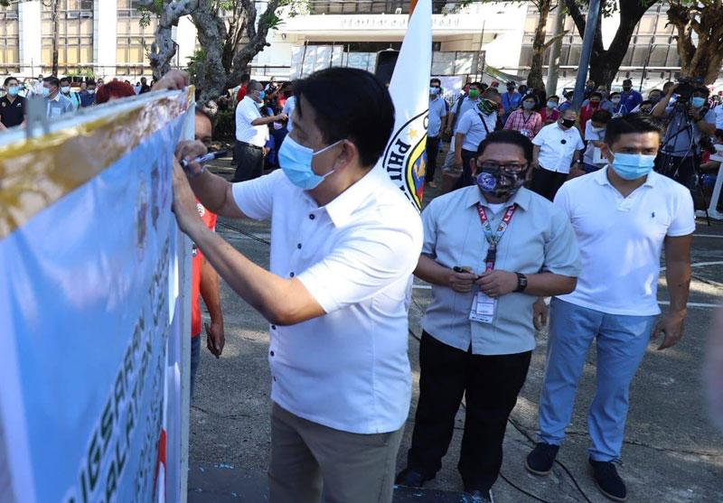 Vice Mayor Jeffrey Guanzon signs covenant against Dengue.