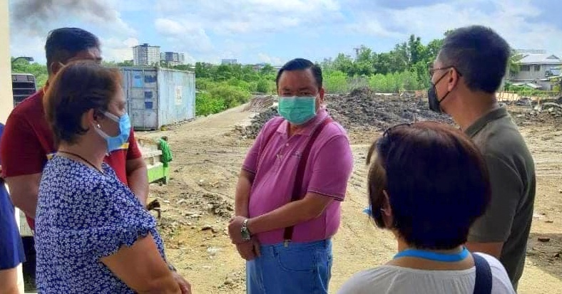 Mayor Jerry Treñas checks the site of Iloilo City Hospital in San Pedro Molo.