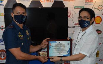 Chief Risk Officer Don Nino Santos receiving plaque of recognition from Police Lieutenant Michael Bernardo